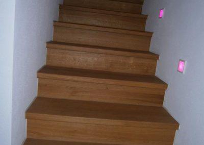 Holztreppe mit Beleuchtung