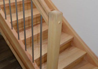 Holztreppe mit Geländer