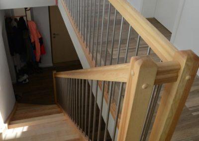 Moderner Handlauf bei Haustreppe