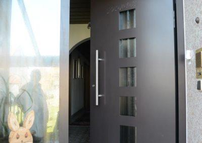 Dunkle Haustüre mit Glas