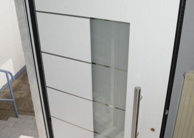 Helle weiße Haustüre