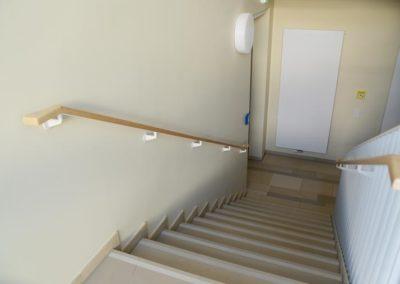 Treppe mit Handlauf aus Holz